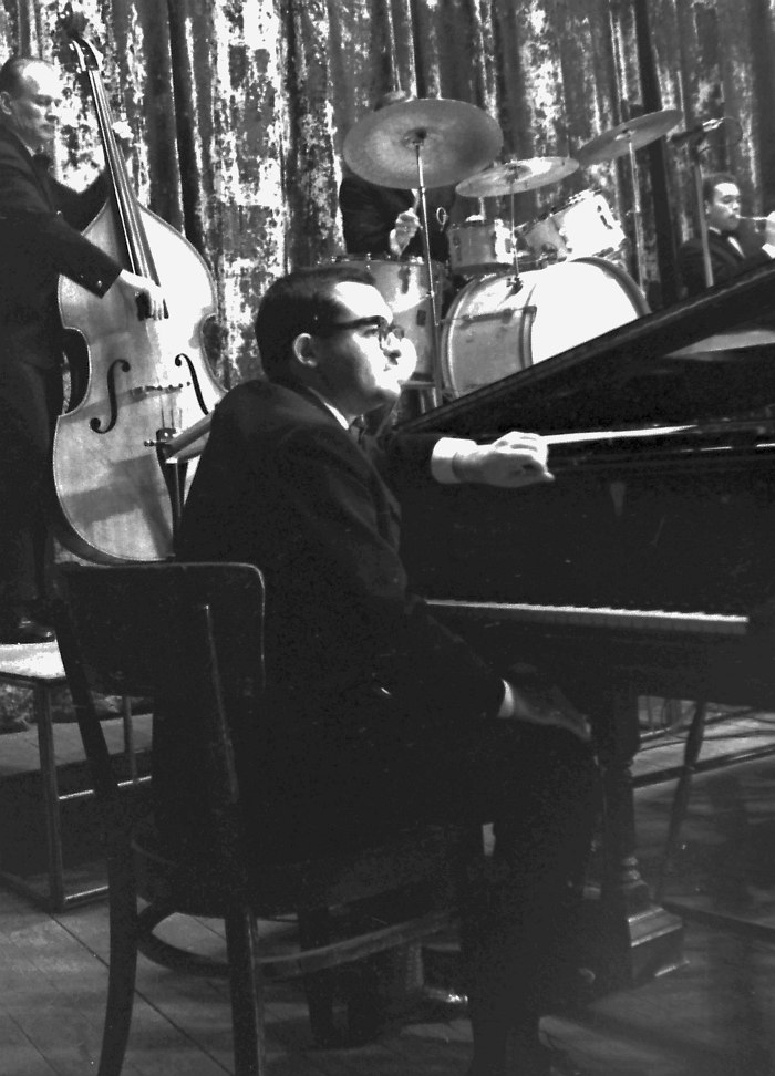 Николай Капустин в составе оркестра Олега Лундстрема, 1967 (на заднем плане контрабасист Александр Гравис, ветеран первого, ещё харбинского состава оркестра)