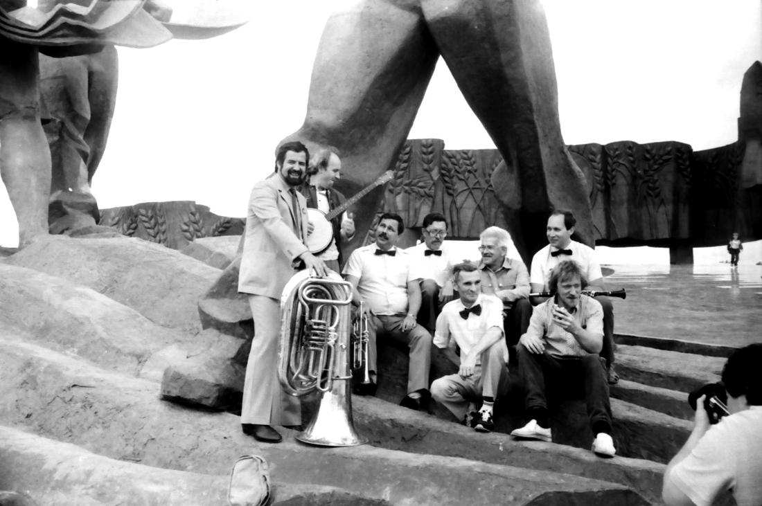 НМДБ под монументом покорителям целины. Кустанай, 1988