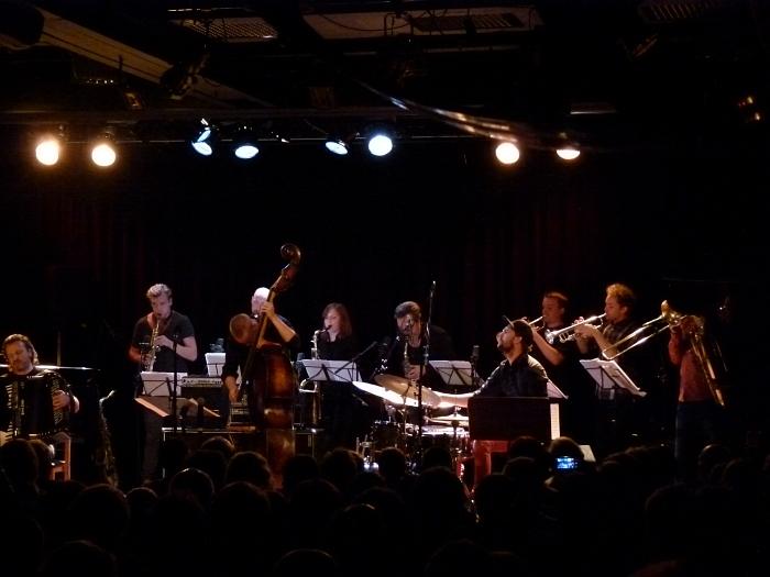 Trondheim Jazz Orchestra (Эйрик Хегдал с баритон-саксофоном стоит прямо позади контрабасиста! Фото: Кирилл Мошков, сентябрь 2013)