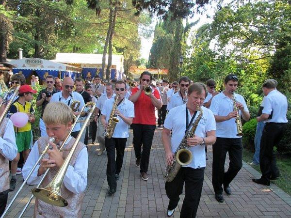 Программу фестиваля открывает традиционный джазовый парад