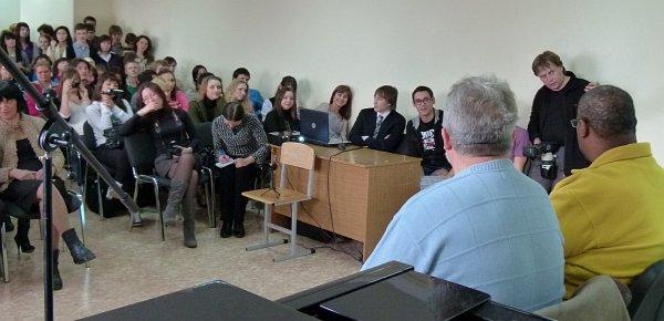 Встреча Кевина Махогани (справа) со студентами и преподавателями