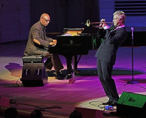 Крис Ботти и пианист Билли Чайлдс (фото: Владимир Коробицын)