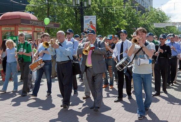 Стрит-парад. В центре - Давид Голощёкин и Игорь Бурко