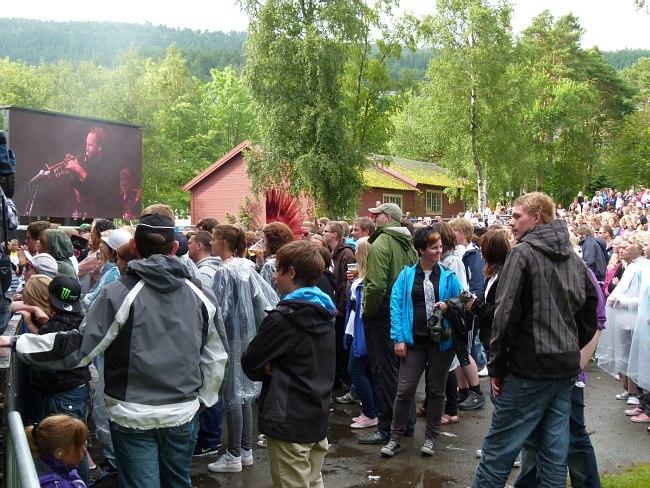 Аудитория в парке Музея Румсдаль. Дождь начинается