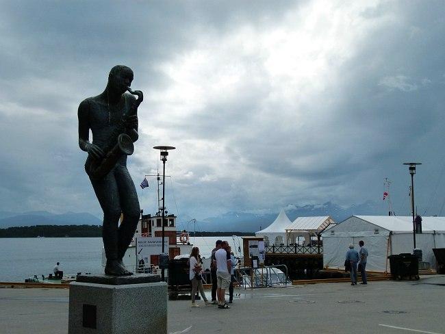 """Один из символов Молде - """"Джаз-мальчик"""" на набережной (скульптор Нина Дюэ, 1992)"""