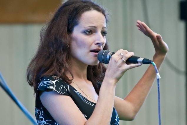 Алина Ростоцкая на фестивале «Джаз в саду Эрмитаж», 2011 (фото © Павел Корбут)