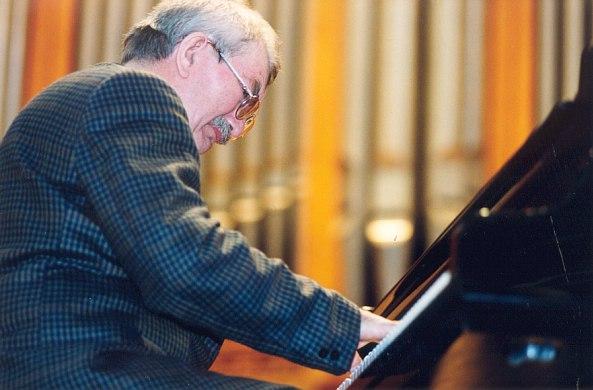 Юрий Маркин на сцене Большого зала Консерватории, 1999