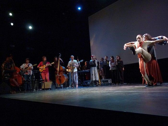 Концерт в Москве: кульминация (Уильям Паркер - крайний слева, Патрисия Николсон - крайняя справа)