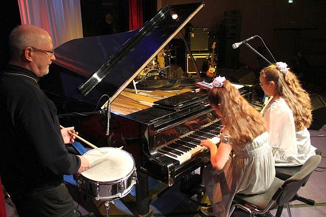 Олег Юданов и детский фортепианный дуэт