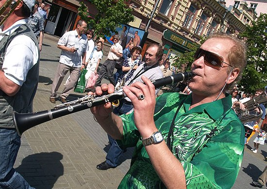 Алексей Тимшин на уличном параде в рамках Челябинского фестиваля