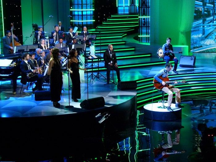 Представление гитаристов. В центре кадра - Ирвин Мэйфилд, слева New Orleans Jazz Orchestra.