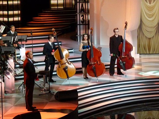 В студии программы «Большой джаз»: представление конкурсантов-контрабасистов (слева - Ирвин Мэйфилд)