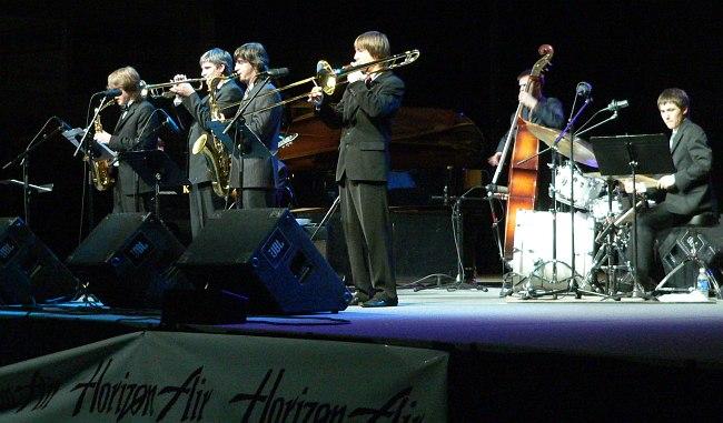 Адель Сабирьянов (справа) в составе группы российских стажёров программы Open World на Lionel Hampton International Jazz Festival в США, 2007 (фото: Кирилл Мошков)