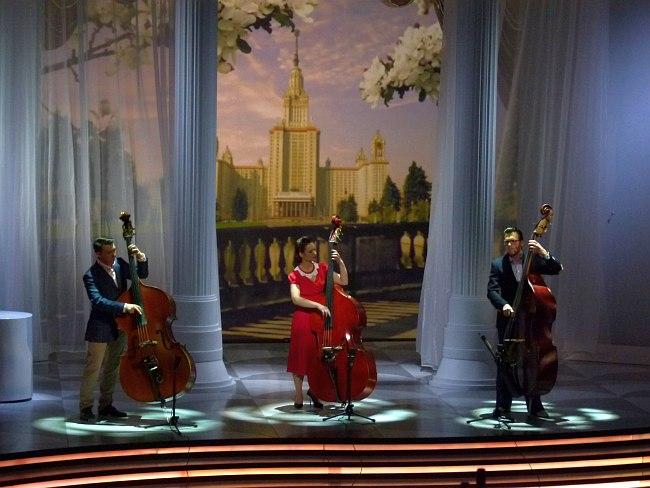 Контрабасисты (Затолочный, Соколова, Новиков) вместе играют тему конкурсной пьесы
