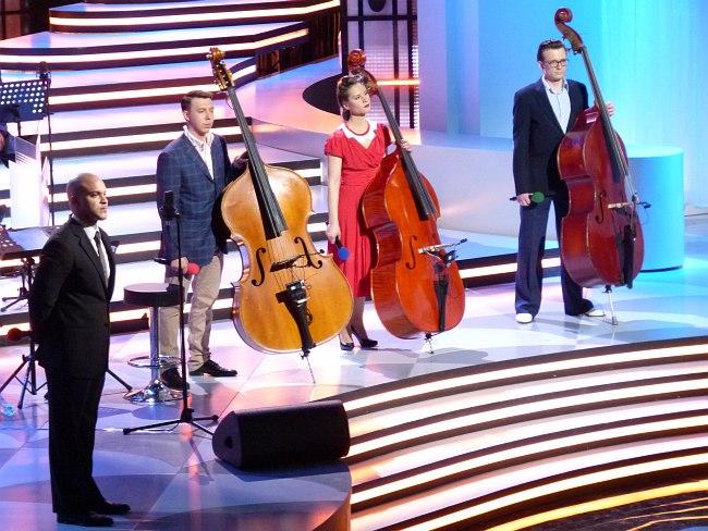 Ирвин Мэйфилд и конкурсанты слушают жюри