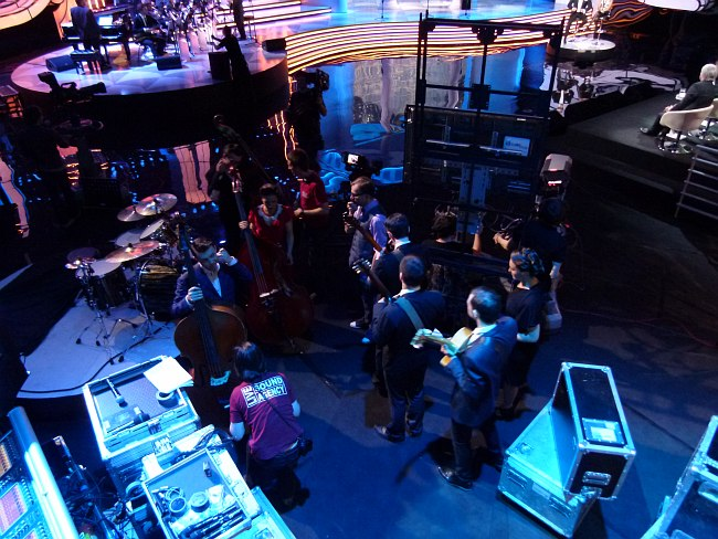 За кадром: гитаристы готовятся сменить выходящих с площадки контрабасистов