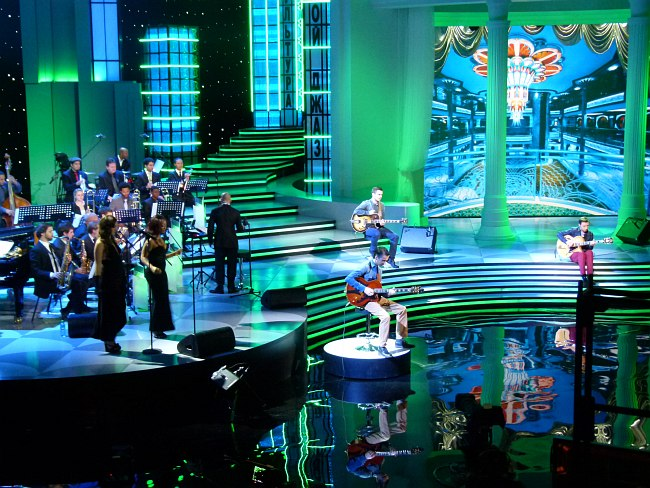 Представление гитаристов. Справа от оркестра: вверху Сергей Чашкин, внизу Максим Шибин, справа Илья Зырянов.