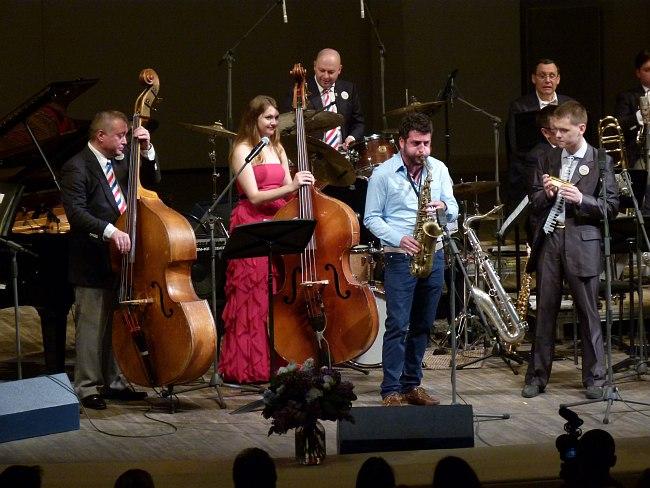 Контрабасы: Виталий Соломонов, Кейт Дэйвис; солирует на саксофоне Франческо Кафисо