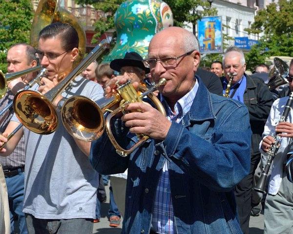 Давид Голощёкин на уличном параде фестиваля