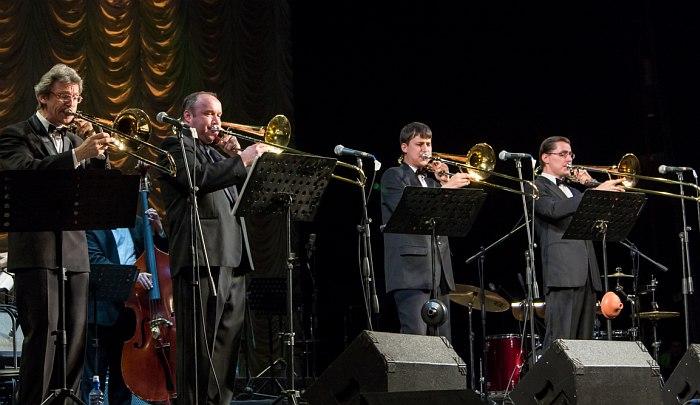 Тромбон-Шоу (крайний слева - Максим Пиганов)