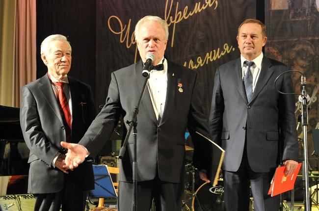 Рафаиль Туишев, Анатолий Кролл и мэр Таганрога Владимир Прасолов открывают фестивальный концерт в ДК «Фестивальный»