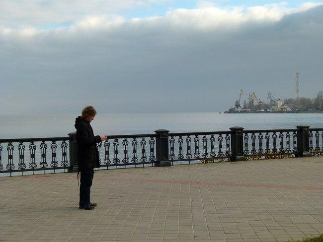 Контрабасист Владимир Волков на берегу Азовского моря в Таганроге