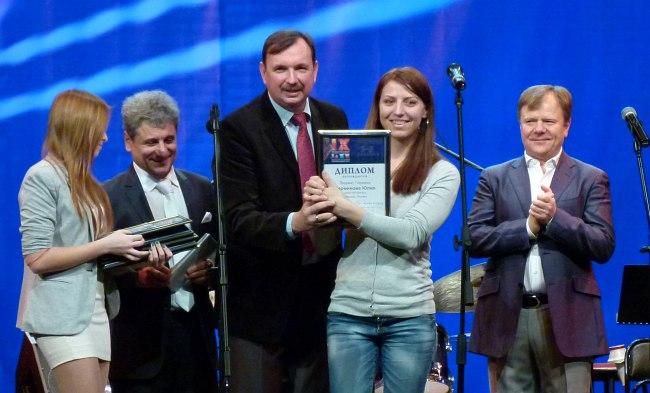 I премию пианистка Юлия Перминова получает из рук министра культуры Ростовской области Александра Резванова