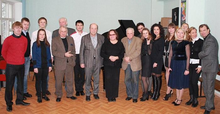 Все 11 дипломников-заочников с педагогами и госкомиссией во главе с председателем Игорем Брилем
