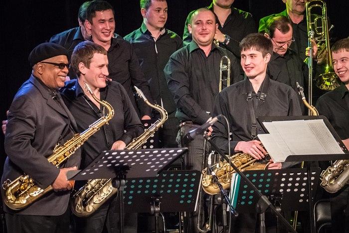 Билл Сакстон и участники оркестра