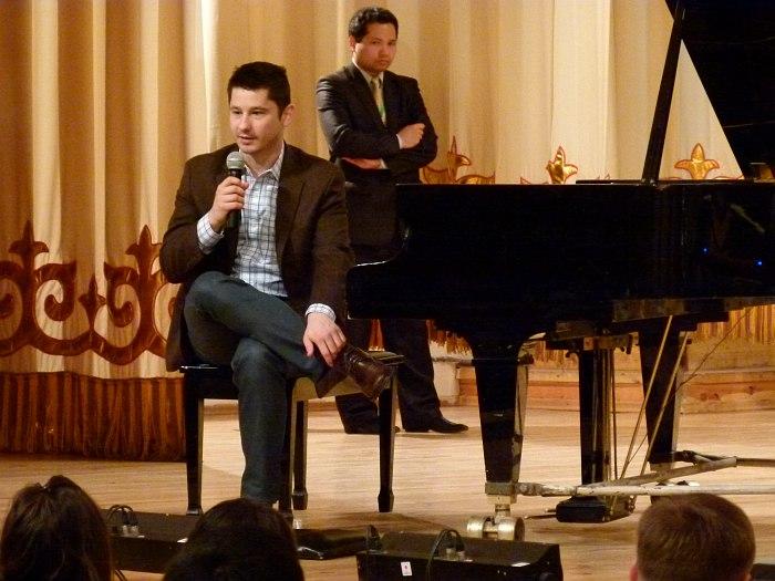 Эльдар общается со студентами (на заднем плане - исполнительный продюсер фестиваля, пианист Викрам Рузахунов)