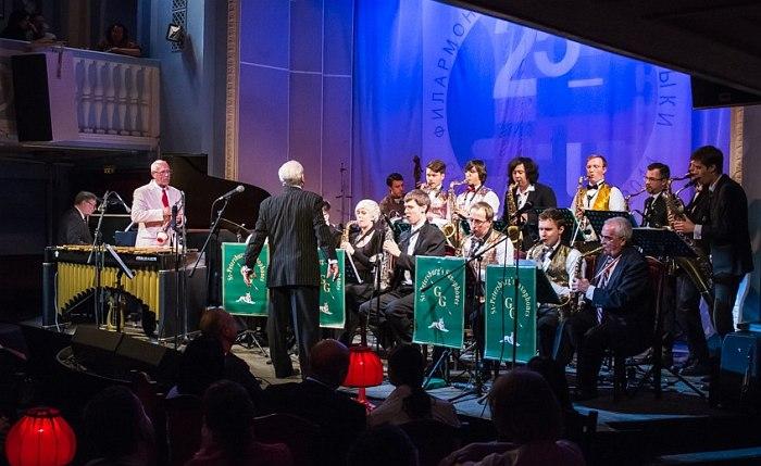 День Джаза в Филармонии джазовой музыки: Давид Голощёкин (весь в белом) и Саксофоны Санкт-Петербурга.