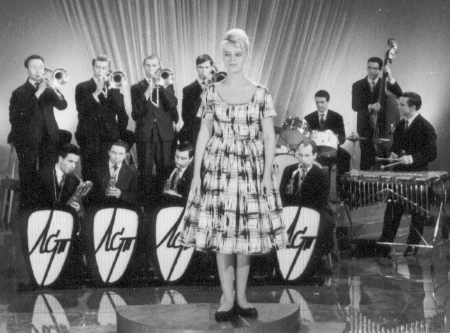 Нонна Суханова с оркестром Иосифа Вайнштейна, 1960-е гг. (фото из коллекции Владимира Гринберга, С.-Петербург)