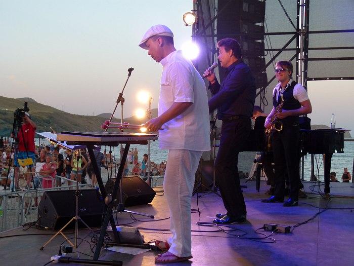 Анатолий Текучёв (вибрафон), Юрий Шихин (вокал), Святослав Текучёв (альт-саксофон)