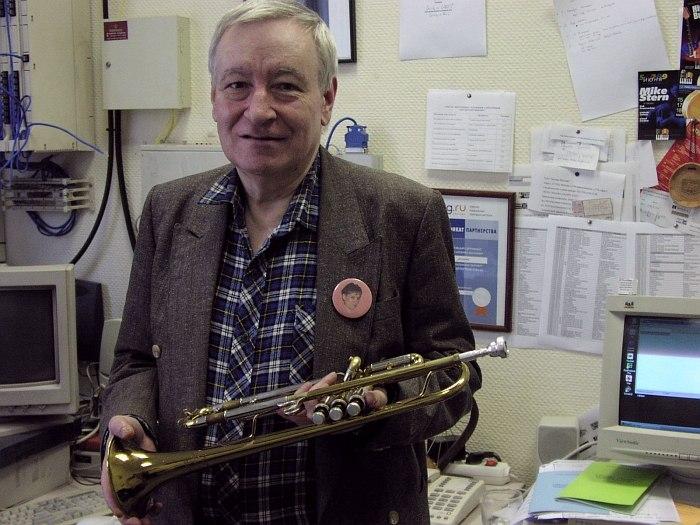 Андрей Товмасян в старой редакции «Джаз.Ру» на Мосфильмовской улице, лето 2002 (фото: Кирилл Мошков)