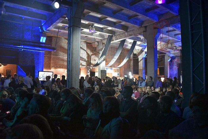 Публика на новой фестивальной площадке в культурном центре Теллискиви