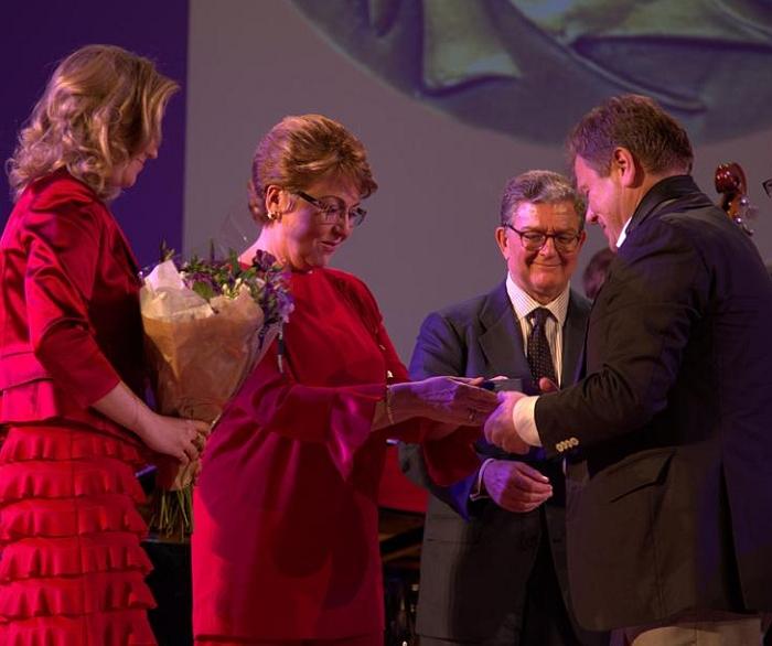Ирина Бокова (в центре) вручает медаль Игорю Бутману