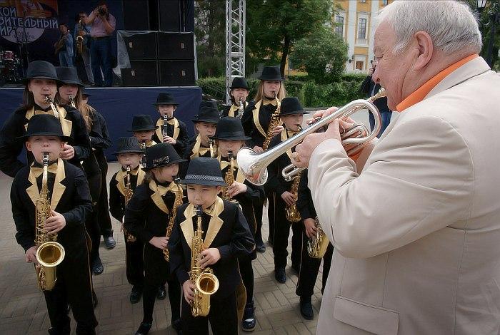Стрит-парад добрался до малой сцены (справа Игорь Бурко)