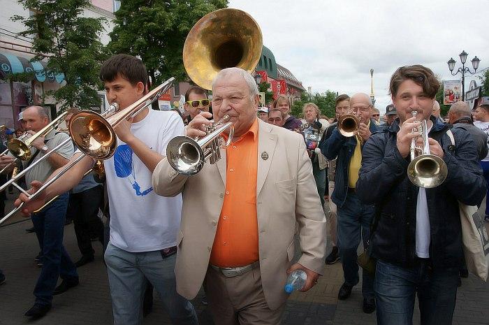 Стрит-парад: в центре Игорь Бурко, справа Константин Гевондян (The Kikipickles)