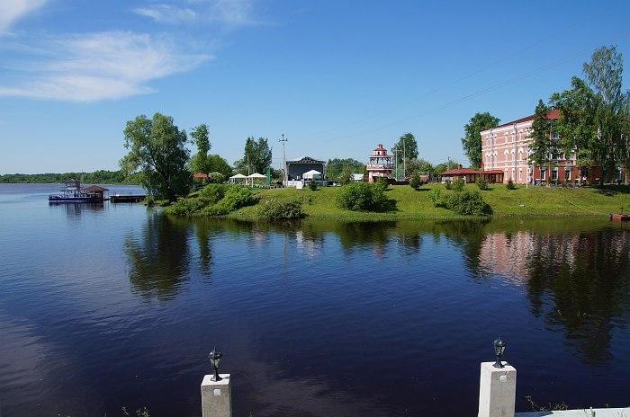 Вид на отель речного клуба «Волхов Мост»