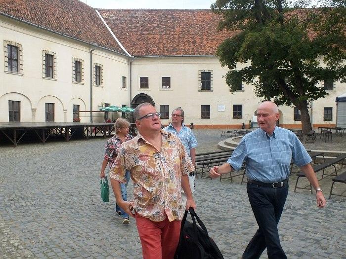 Петер Марко (справа) сопровождает участников «Второго приближения» по Шарварскому замку