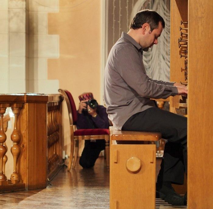 Владимир Нестеренко )музыканта на заднем плане снимает мастер российской джазовой фотографии Павел Корбут)