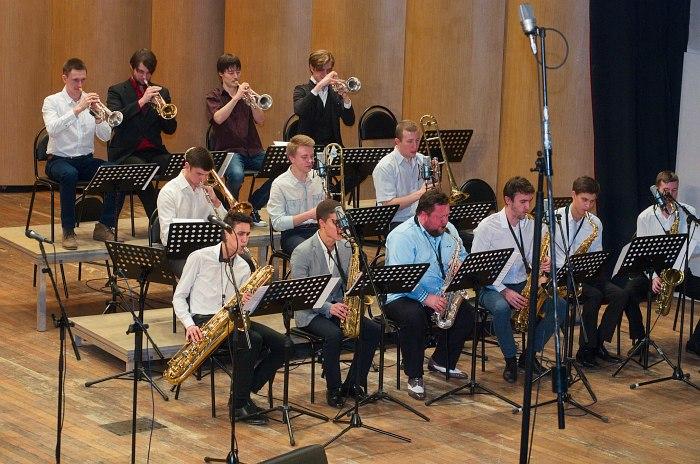«Университет-бэнд» п/у Александра Гуреева (в центре группы саксофонов) на конкурсе «Гнесин-джаз», декабрь 2015