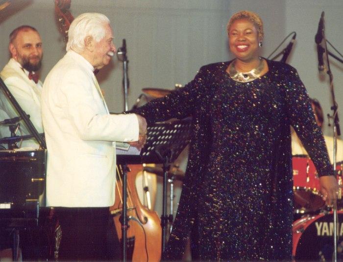 Контрабасист Игорь Уланов, Олег Лундстрем, вокалистка Дебора Браун, 2001 (фото © Павел Корбут)