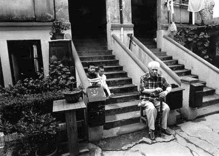 2001: Олег Лундстрем перед подъездом дома в старой части Шанхая, где он жил перед Второй мировой войной. Съёмки документального фильма