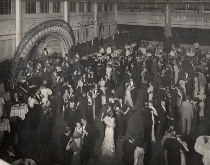 Американский джаз-оркестр п/у трубача Бака Клэйтона играет в танцзале Canidrome, Шанхай, около 1936