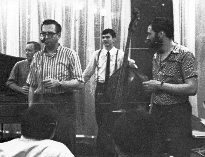 15 июля 1969, джаз-кафе «Печора». Слева направо: Борис Новиков, Уиллис Коновер, Анатолий Соболев, Алексей Баташёв (Фото © архив Ростислава Винарова, Центр Исследования Джаза)