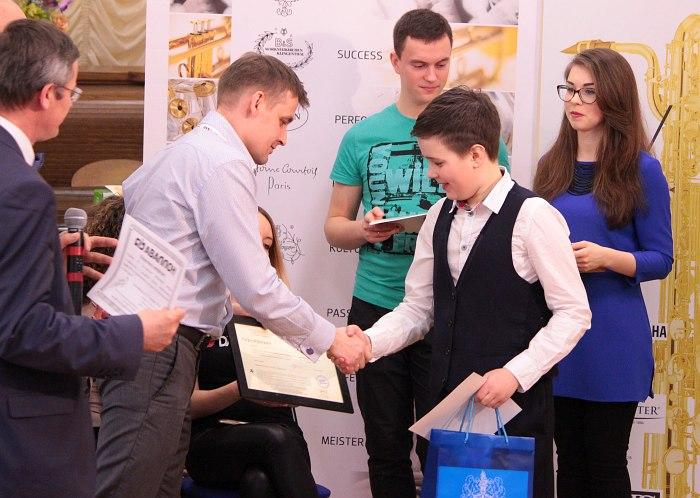 Даниил Фиссон получает подарки от спонсоров