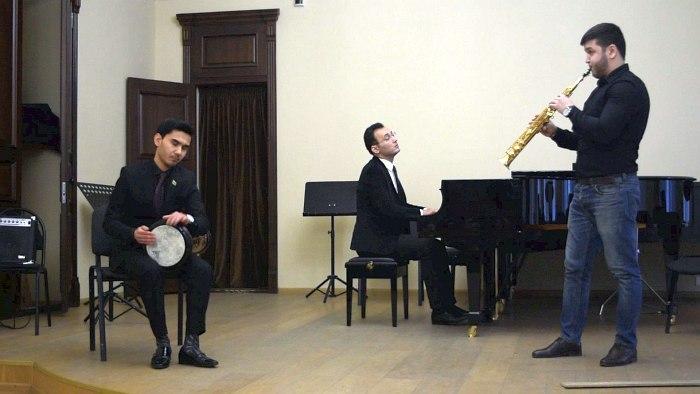 Астан Байрамов (вокал, дарбука), Умыт Айназаров (саксофон) и Мердан Бяшимов (фортепиано)
