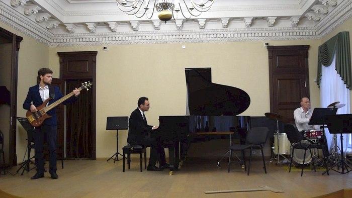 Дмитрий Гордеев (бас-гитара), Аркадий Гасилов (ударная установка) и Мердан Бяшимов (фортепиано)