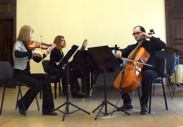 Екатерина Шакирова (скрипка), Сергей Пономарев (виолончель) и Екатерина Шатрова (фортепиано)